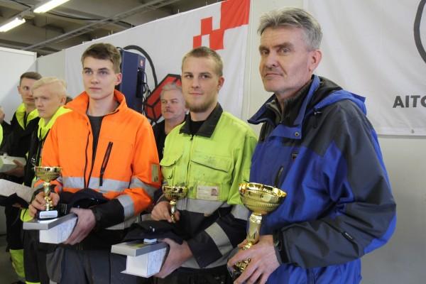 Roope Lehtonen ja Antero Sosi sekä opettaja Olli Tuominen vievät voittopystin Loimaalle.
